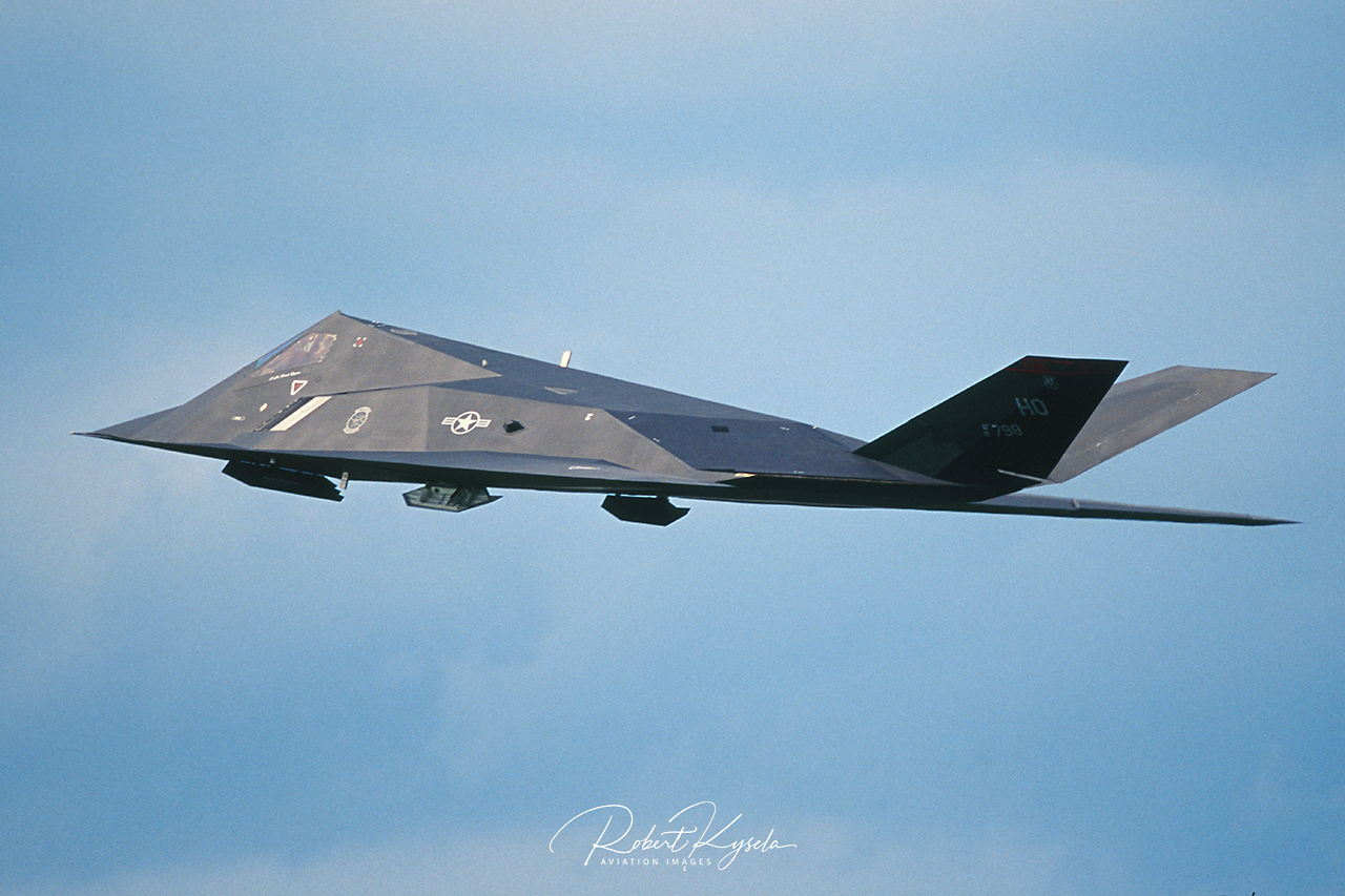 Lockheed Matrin F-117A NIGHTHAWK  -  © by Robert Kysela
