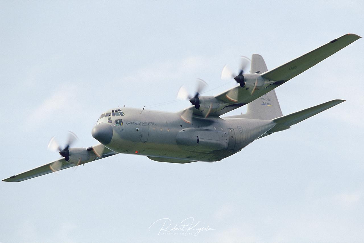 Lockheed C-130E HERCULES  -  © by Robert Kysela